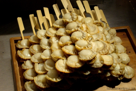 Going-to-be-grilled scallops! YUMMMMS. This made scallop lovers like me go bonkers!