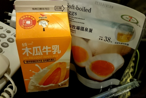 Cartoned papaya milk and hot spring egg. The papaya milk can be found in Singapore's 7-eleven though!