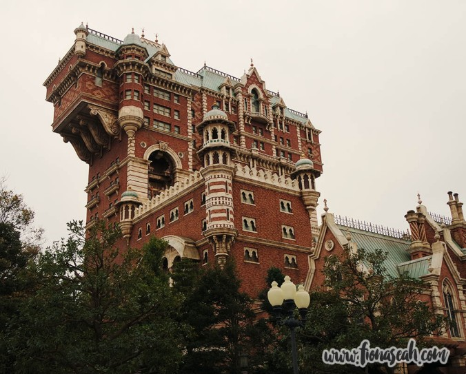 The Tower of Terror houses DisneySea's most exciting attraction - a thrilling, free fall-style ride. It looks scarier at night. As expected, the queue for this was LONG but even if it wasn't, boyfriend would still be too timid to take it. Hence, I was forced to give this a miss..