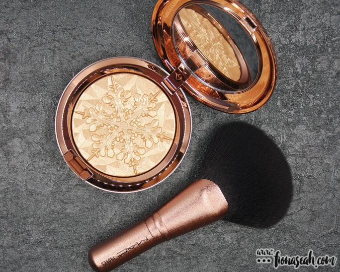 Products in the Face Bag - Extra Dimension Skinfinish in Whisper of Gilt and 140 Synthetic Full Fan Brush