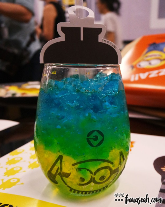 Enjoy the jiggly mango jelly soda drink from bottom up!