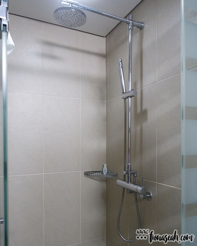 Another shower head, but with rain shower effect