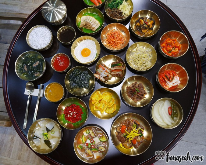 Food replicas - can see, cannot eat 😆 The dishes that contributed to the jeonha's obesity. (But seriously though, that's A LOT of food. Did he share them with his subordinates?!)
