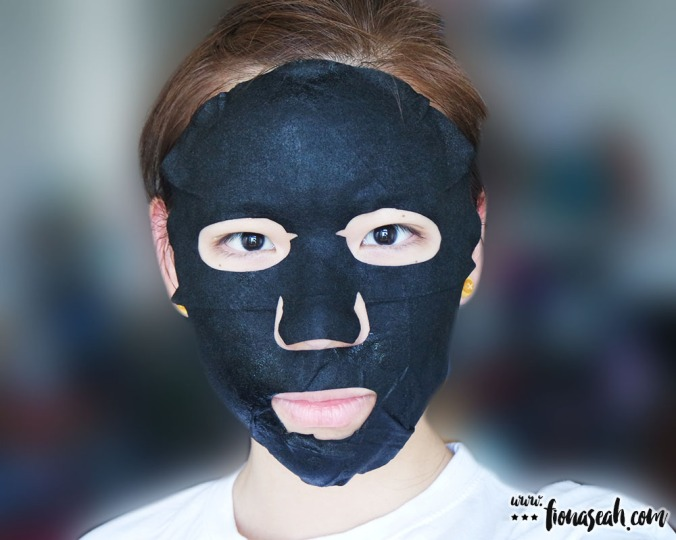 IYOU Black Pearl Jelly Face Mask (application)